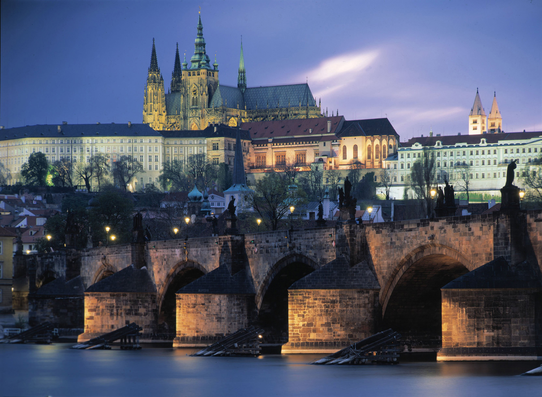 CTK1 - 20021030 - PRAGUE, CZECH REPUBLIC: General view of Charles Bridge and Prague Castle at sunset, 30 October 2002. 